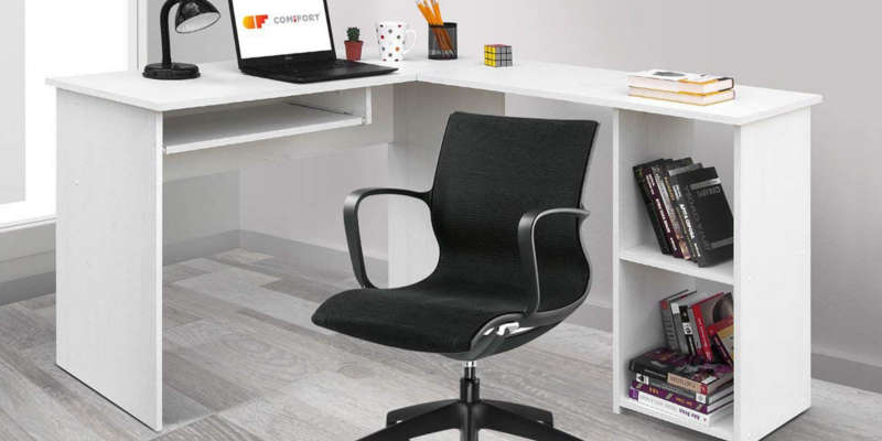 Mesa de estudio escritorio esquinero Comifort en oficina